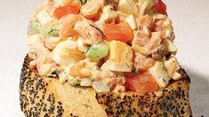 Яичный салат с копченым лососем и вяленными на солнце томатами