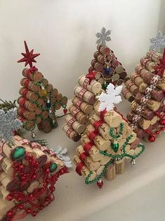 Mini Wine Cork DIY Ideas to Christmas Ornaments Don't throw away those wine corks from the holidays. Make some festive holiday wine cork crafts and wine cork ornaments. These Christmas wine cork crafts are the absolute CUTEST! Cork Christmas Trees, Christmas Wine, Christmas Makes, Diy Christmas Ornaments, Christmas Tree Decorations, Christmas Wreaths, Snowman Ornaments, Rustic Christmas, Chritmas Diy
