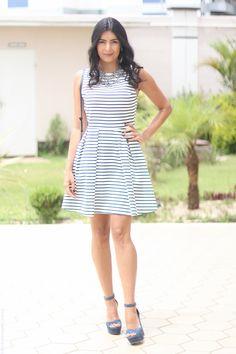 Vestido preto e branco com sapato azul