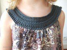"""Le col est croheted et jumelé avec un \""""groovy\"""" modèle Col Crochet, Crochet Fabric, Crochet Collar, Crochet Girls, Crochet For Kids, Hand Crochet, Rose Clothing, Cardigan Pattern, Collar Pattern"""