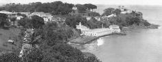 Nesta fotografia antiga, vê-se, à esquerda, alguns casarões na Ladeira da Barra e, à direita, a Igreja de Santo Antônio da Barra.