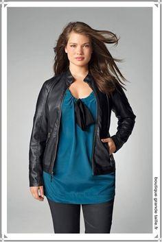 La mode Castaluna rien que pour nous les femmes rondes. Une blouse effet soie bleu canard ample et sophistiquée pour toutes les occasions de jour comme de nuit.