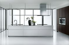 Lacquered kitchen with island LT by Boffi | design Piero Lissoni