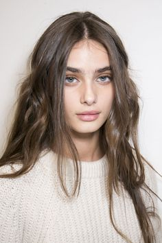 Great effortless undone, natural waves. Powerful, thick brows. |Source: stylebistro.com | pinned from slufoot