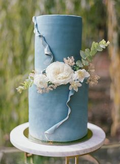 Dusty Blue & Yellow Spring Wedding Inspiration at Campovida - Chic Vintage Brides : Chic Vintage Brides Best Picture For spring wedding cake rustic For Your Taste You are looking for something, and it Small Wedding Cakes, Wedding Cake Rustic, Wedding Cake Designs, Spring Wedding Cakes, Blue Wedding Cakes, Blue Yellow Weddings, Dusty Blue Weddings, Wedding Yellow, Chic Vintage Brides
