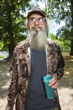 Official A&E promotional photos of Uncle Si Robertson from Duck Dynasty Season featuring Uncle Si and his famous blue cup of sweet tea Robertson Family, Sadie Robertson, Duck Dynasty Cast, West Monroe, Duck Commander, Blue Cups, Country Music Videos, Florida State University, Celebrity Gossip