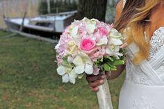 Bruidsboeket witte en roze bloemen. Mooi afgewerkt met lint. (Boeket gemaakt door www.bloemenweelde-amsterdam.nl)