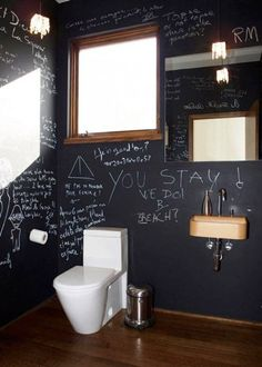 La déco peinture tableau noir s'invite dans les WC
