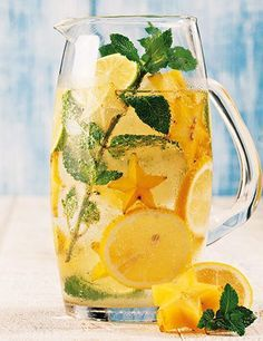 A holistic way in which the mind and body can remain healthy is through a natural body detox. Summer Drinks, Cocktail Drinks, Flavored Water Recipes, Healthy Drinks, Healthy Recipes, Bebidas Detox, Watermelon Smoothies, Good Food, Yummy Food