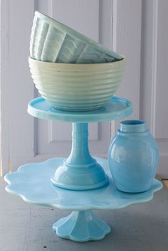 Love these green bowls and blue cake stand from Matthew Mead's Flea Market Finds. I have a nice collection of these green bowls myself!