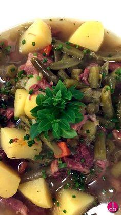 deftiger grüne Bohnen Eintopf, mit kräftiger Rinderbrühe mit Suppenfleisch, Kasseler und Kartoffeln. Frisches Bohnenkraut und Petersilie - perfekt.