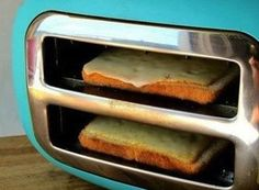 How to make grilled cheese with a toaster. Turn your toaster sideways to make grilled cheese! Now that's my kind of cooking! Queso Fundido, Making Grilled Cheese, Making Cheese, Grilled Cheese In Toaster, Grilled Bread, Do It Yourself Food, Good Food, Yummy Food, Delicious Meals