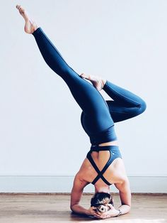How to do a headstand: Yoga teacher Cat Meffan holding a headstand pose yoga inspiration , yoga life style , yoga poses , benefits of yoga, mindfulness Partner Yoga, Poirier Yoga, Yoga Inspiration, Motivation Inspiration, Yoga Fitness, Health Fitness, Yoga Position, Yoga Photos, Yoga Pictures