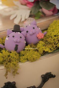 kitty and Cat wedding cake topper #mochiegg #kitten #pet #animals #handmadecaketopper #custom #weddingideas #cakedecoration #purple #結婚式 #ネコ #chat