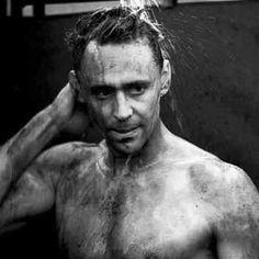 Aahhaannn ... U shouldnt pose like dat.. 🙈🙈🙈 every time u do u make us all go crazy for u 😍😍😍😍# hiddleston love 😘😘😍😍😍