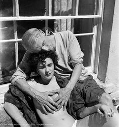 """Leonora Carrington , Max Ernst. Photo: Lee Miller. Leonora est une artiste peintre et romancière mexicaine d'origine anglaise. Fréquente le milieu surréaliste, français et mexicain. Elle réalisera une fresque sur """"Le Monde magique des Mayas"""" pour le musée national d'anthropologie à Mexico."""