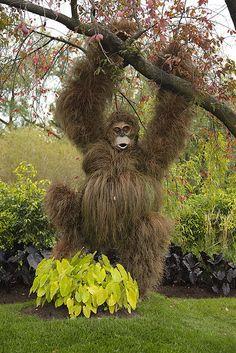 """at Risk"""" - Africa I must have this yard art.""""Gorillas at Risk"""" - Africa Garden Crafts, Garden Projects, Amazing Gardens, Beautiful Gardens, Unique Garden, Topiary Garden, Garden Animals, Garden Whimsy, Green Art"""