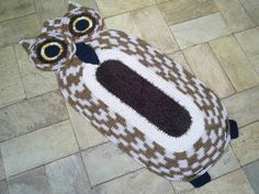 Tapete coruja confeccionado com barbante de algodão  de excelente qualidade. Em destaque : forma de coruja. Cor disponível : cru com marrom mesclado e marrom felpudo. R$ 70,00