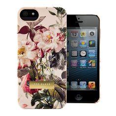 Die Ted Baker iPhone 5 Hüllen im Susu Design aus der Damen-Kollektion, in femininen Farben und süßen Blumenmustern, sind das perfekte Fashion-Zubehör für Ihr iPhone 5. Diese stylischen aber robusten iPhone 5 Hüllen des Fashion-Labels Ted Baker London, sind das ultimative Zubehör für Ihr iPhone 5. Außerdem bieten diese Hüllen Ihrem iPhone idealen Schutz, mit passgenauen Ausschnitten für Kamera, Kopfhöreranschlüsse und Ladeanschlüsse. Ideal für alle Modebegeisterten, bieten diese Ted Baker…