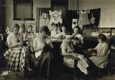 1917 Oklahoma fashion - deaf-mute girls sewing and darning in a training school in Sulphur, OK - photo by Lewis Hine Vintage Children Photos, Vintage Girls, Vintage Sewing, Vintage Photos, Quilting Quotes, Old School House, Sewing School, Antique Sewing Machines, Deaf Culture