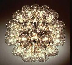 В светильнике TARAXACUM 88 для Flos лампы-абажуры насажены на основу в форме икосаэдра, многогранника с 20 сторонами, по площади повехности близкого к сфере аналогичного радиуса