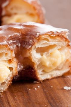 Cronut w/Haupia Pastry Cream If you are like me, I went crazy over cronuts. a cross between donuts and croissants. I wanted to try this recipe with a coconut haupia cream instead of the regular pastry cream and it turned out fabulous! Cronut, Desserts To Make, No Bake Desserts, Dessert Recipes, Donut Recipes, Cooking Recipes, Canned Biscuits, Sweet Bread, Cookies