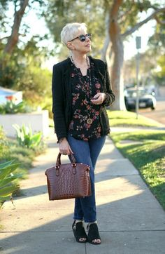 Casual outfit with IRO fringe jacket, floral top, jeans and Brahmin bag. Details at une femme d'un certain age. Source by bdjalali outfits over 50 Fashion Over 40, 50 Fashion, Fashion Outfits, Fashion Trends, Fashion Ideas, Mature Fashion, Ladies Fashion, Woman Outfits, Fashion Advice