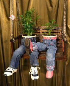 Plants In Pants Is the Brilliant Flower Trend You Never Knew About - Container Gardening - Diy Garden Projects, Garden Crafts, Diy Garden Decor, Art Crafts, Diy Planters, Flower Planters, Flower Pot Design, Pot Jardin, Unique Gardens