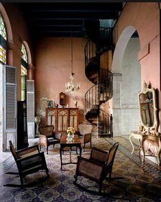 Vieja arquitectura en Cuba. Me fascinan estos patios interiores. Quiero fabricar mi casa asi. Siempre se puede soñar.