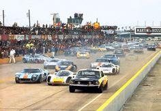 Sebring 1968 - un Porsche y un Mustang a la par. Sports Car Racing, Road Racing, Sport Cars, Auto Racing, Motor Sport, Nascar, Sebring Raceway, Martini, Classic Cars