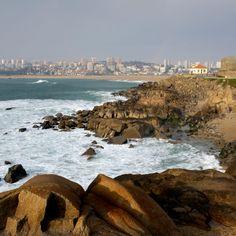 Paisagem junto ao Cabedelo, na zona rochosa da Praia de Lavadores. A seguir, a caminho de Gaia, a Reserva Natural do Estuário do Douro e o lugar Afurada