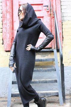 Купить или заказать Платье Pipe в интернет-магазине на Ярмарке Мастеров. Платье по фигуре из шерстяного трикотажа, прямой крой -труба, с длинными рукавами, воротником хомутом. Модель трансформер, перевернув длинное платье вы получаете кофту, с большим хомутом - капюшоном. Комфортная и стильная вещь, для прохладного времени года. Вы можете сочетать платье с любой обувью,и аксессуарами. Митенки двухсторонние из натуральной кожи + джерси продаются отдельно от платья.