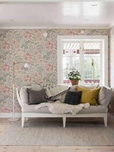 vardagsrum med blommiga tapeter