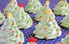 Recept: Kerstboom Schuimpjes Voor ongeveer 12stuks * 2eiwitten * 62,5gr poedersuiker * 62,5gr suiker * 5gr maïzena * groene kleurstof * confetti sprinkles/ zilverpilletjes als versiering. 2 uur op 100 graden in de oven