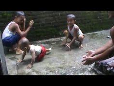 Video Balita Main Hujan Hujanan Pertama