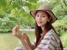 How she smile sweetly Sinb Gfriend, Gfriend Sowon, K Pop, South Korean Girls, Korean Girl Groups, Fake True, Kim Ye Won, Musica Popular, Red Velvet Seulgi