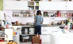 Un des kids de Nadine Richter s'attèle dans la cuisine