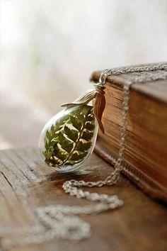 身近に自然を 草花をガラスの中に閉じ込めたアクセサリー - http://naniomo.com/archives/6554