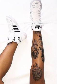 rosas na perna feminina