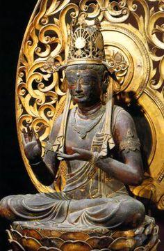 【京都・東寺/金剛業菩薩(839年)】木造漆箔、一部乾漆。高さ95cm。国宝。女性的な容姿。蓮華座に結跏趺坐し、瓔珞、臂釧、腕釧、宝冠を着ける。右手は掌を上に向け、左手も胸前で掌を上に向けてたたずむ。後補箇所も多いが当初仏。