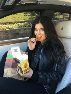 View the Kendall Jenner trend file, the most beneficial looks worn by on trend Kendall. Kyle Jenner, Kendall E Kylie Jenner, Looks Kylie Jenner, Kendall Jenner Style, Kendall Jenner Outfits, Kendall Jenner Coachella, Kylie Jenner Hair, Khloe Kardashian, Estilo Kardashian