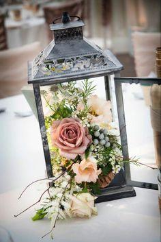 lanterne-noire-avec-composition-florale-moderne-pour-la-table-de-mariage-composition-florale-centre