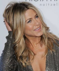 Hair 2019 Get Inspired By Jennifer Aniston Hairstyles In 2018 Roofing Nail Guns Roofing nail guns ar Beige Blonde Hair Color, Blonde Layered Hair, Blonde Layers, Long Wavy Hair, Blonde Highlights, Jennifer Aniston Hair Color, Jennifer Aniston Pictures, Jenifer Aniston, Night Out Hairstyles