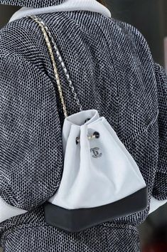 Clutch, zaini, tracolle, shopping bag, tote bag, pochette e marsupi dalle sfilate di Parigi