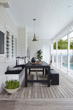 Beautiful poolside outdoor dining room on the covered porch. Beautiful poolside outdoor dining room on the covered porch. The post Beautiful poolside outdoor dining room on the covered porch. appeared first on Outdoor Diy. Casa Patio, Backyard Patio, Modern Backyard, Modern Fence, Porch Garden, Outdoor Areas, Outdoor Rooms, Indoor Outdoor, Outdoor Decor