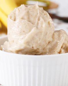 ZUTATEN3 Bananen, in Scheiben geschnitten und gefroren 120ml Milch deiner Wahl1 Teelöffel Vanilleschoten ZUBEREITUNGSchneide die Bananen in Scheiben und stelle sie in einem verschließbaren Beutel in die Gefriertruhe. Über Nacht gefrieren lassen oder bis diese fest sind. Gib alle Zutaten in eine Küchenmaschine oder Mixer und mixe sie, bis sie flüssig sind. Gib den Inhalt in eine Form oder Frischhaltedose.Lass es eine Stunde lang gefrieren oder bist die Masse fest wird. Guten!
