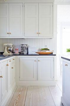 Matilde & Co Cosy Kitchen, Rustic Kitchen, Kitchen Dining, Kitchen Decor, Kitchen Ideas, Interior Design Layout, Interior Design Living Room, Black Kitchen Countertops, Kitchen Cabinets