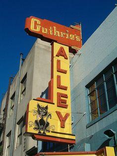 Retro signage photo in Bakersfield, California, by Matthew E. Cohen