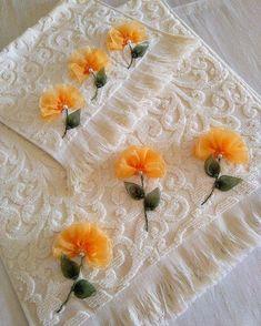 Kurdele nakışı el ve yüz havlusu Ribbon Embroidery Tutorial, Silk Ribbon Embroidery, Ribbon Art, Ribbon Crafts, Hand Embroidery Videos, Embroidery Stitches, Cloth Flowers, Fabric Flowers, L'art Du Ruban