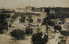 Vista panorâmica da Praça Osvaldo Cruz. Ao fundo, o edifício da Manaus Tramways, a estação dos bondes e o Bar A Mimosa. Foto: Bazar Esportivo. 1945. Manaus. Acervo: Moacir Andrade.